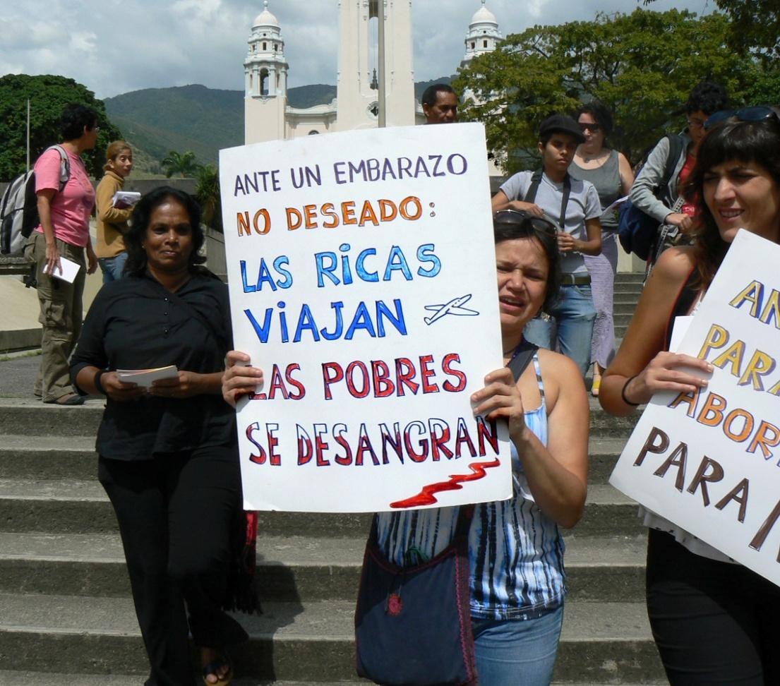 Aborto en El Salvador: absuelven a la joven que dio a luz a un bebé muerto tras ser violada